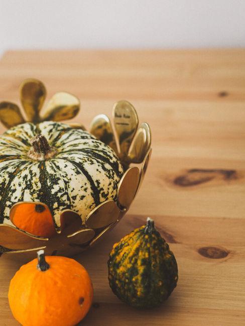 coupe de citrouilles sur une table en bois