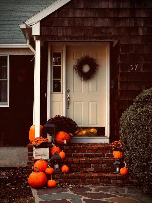 perron de maison décoré de citrouilles