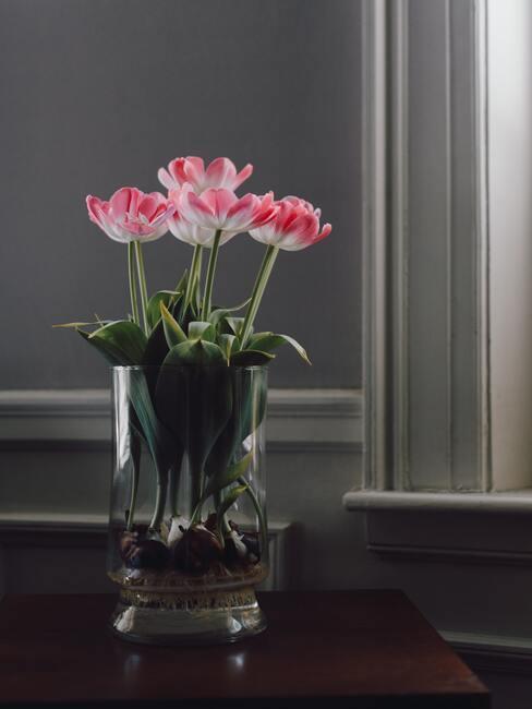 vase transparent avec fleurs