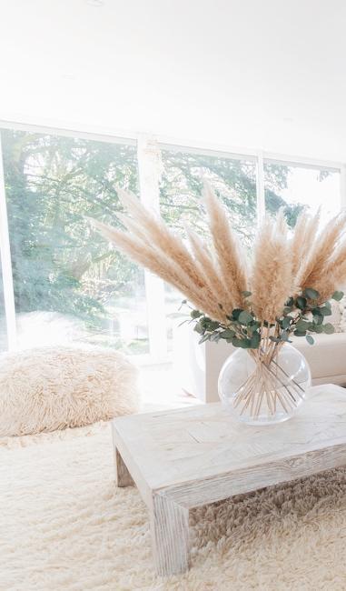 Salon minimaliste beige et boho de Babychoufamily