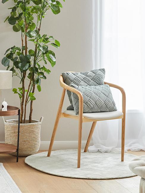 coussin vert de gris sur chaise en bois