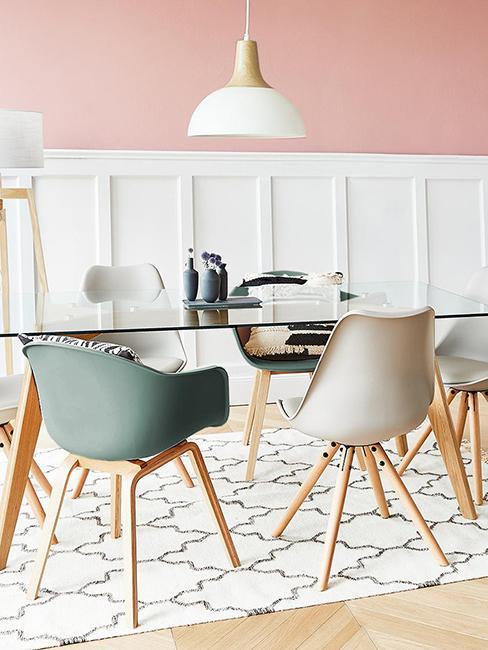 salle à manger girly avec mur rose et chaise vert de gris