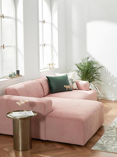 canapé rose avec coussin vert
