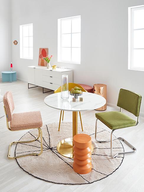 salle à manger colorée avec chaise vert olive
