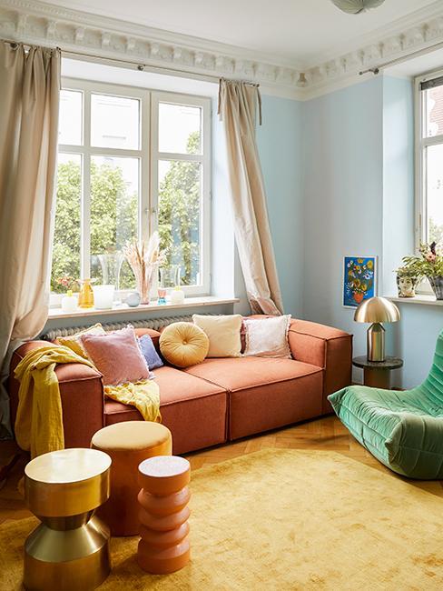 salon coloré avec canapé terracotta