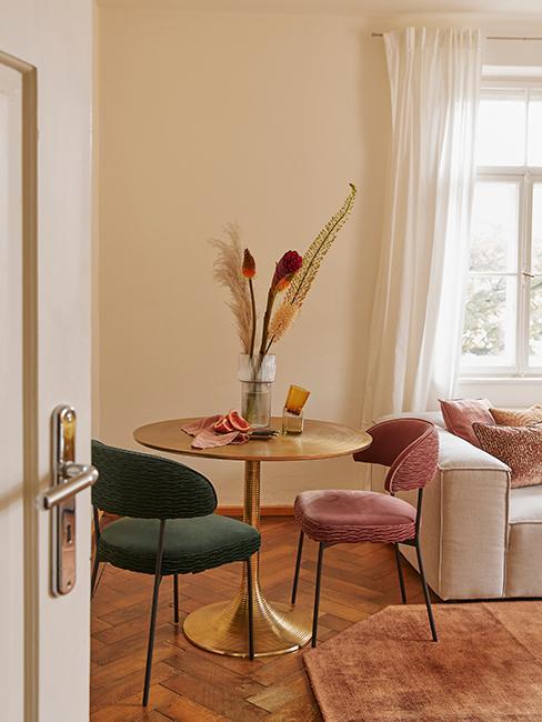 salon salle à manger avec table ronde et chaise verte