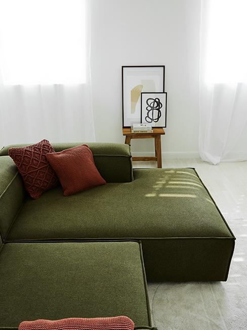 salon moderne avec canapé vert et cadres