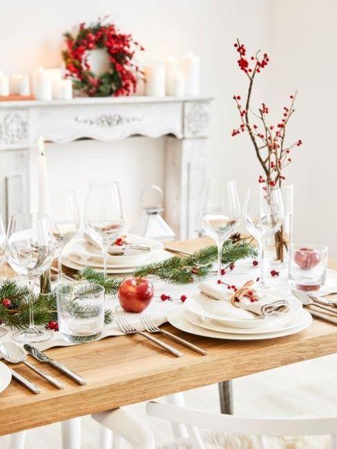 Noel traditionnel avec déco de table blanche et rouge