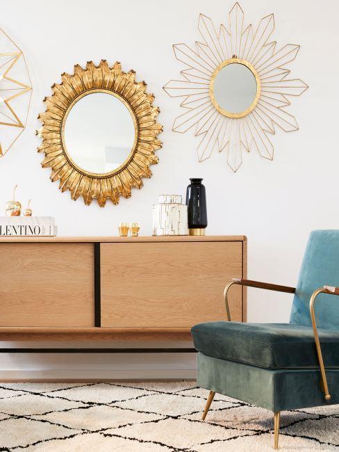 enfilade en bois, fauteuil bleu en velours, miroirs muraux cadre dore miroir soleil, style vintage, 70s