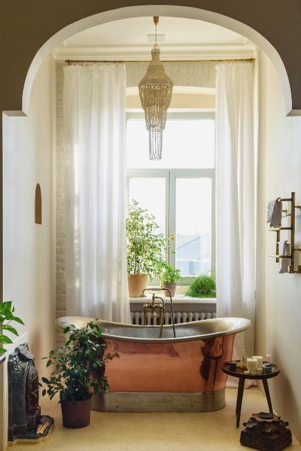 salle de bain avec baignoire en cuivre