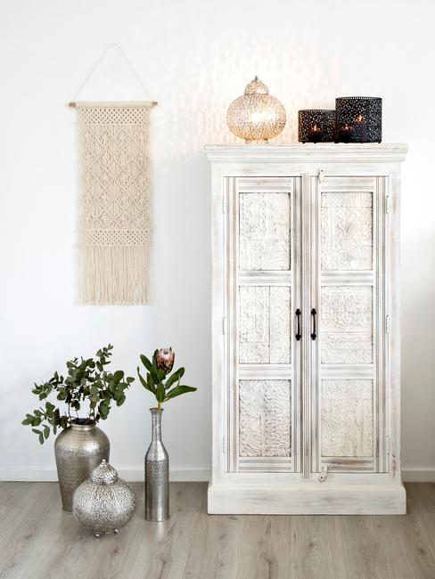 decoration murale, armoire blanc, vases de sol, look usé, traces d'usure