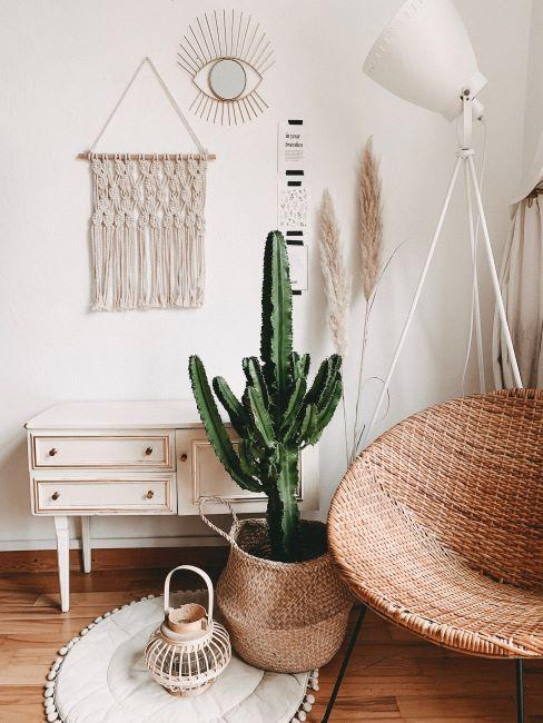 macramé en déco murale, intérieur boho, bohème, grand cactus, enfilade à traces d'usure, fauteuil en rotin