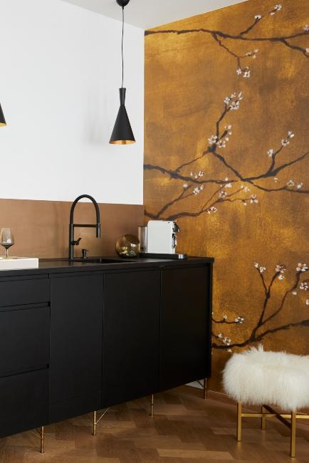 Papier peint décoratif dans cuisine noire