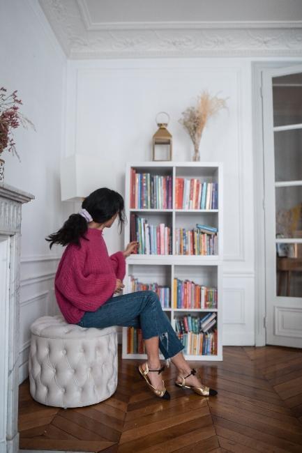 coin lecture avec pouf en velour et bibliothèque blanche dans appartement trendy de dressingleeloo