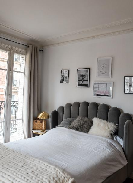 lit avec tête de lit en velours dans appartement trendy de Dressingleeloo