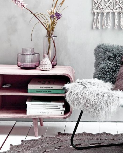 vases lilas sur meuble en bois