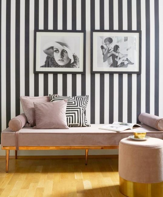 banquette lilas avec tapisserie à rayures