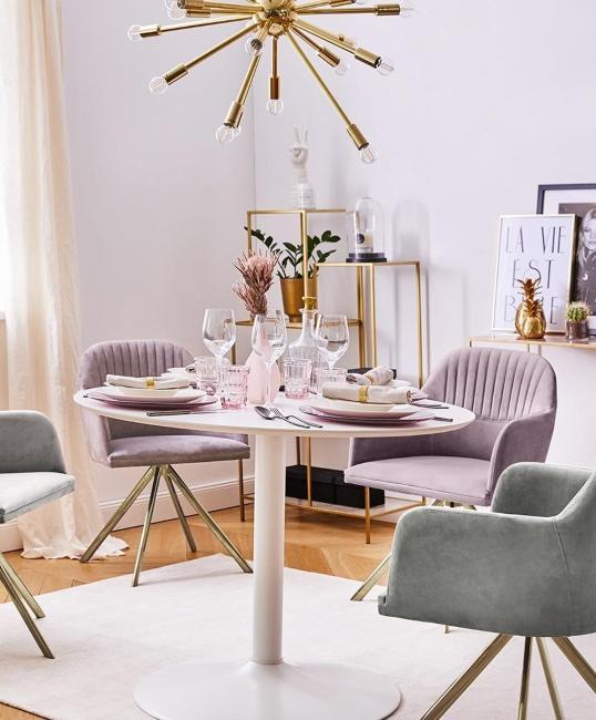 Salle à manger avec table blanche et chaises lilas
