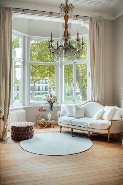 Salon avec canapé blanc dans le bureau de Milkywaysblueyes