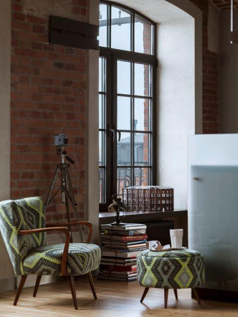 grande fenetre, mur en brique, meubles vintage