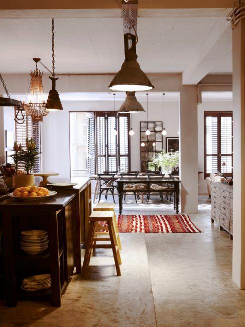 cuisine ouverte sur salon industriel, avec suspension vintage, tapis oriental