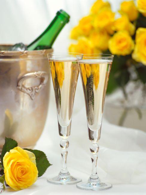 coupes de champagne, fleurs jaunes, col d une bouteille de champagne