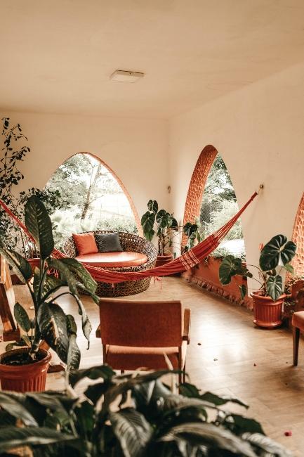 salon styke hippie avec hammac rouge
