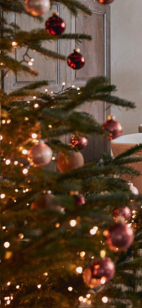 Fond d'écran de Noël pour smartphone avec sapin et déco de Noël