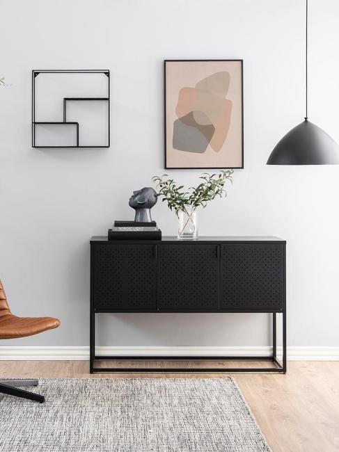 commode industrielle noire en métal avec objets décoratifs