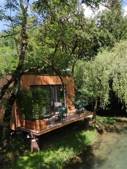 cabane le long de la riviere