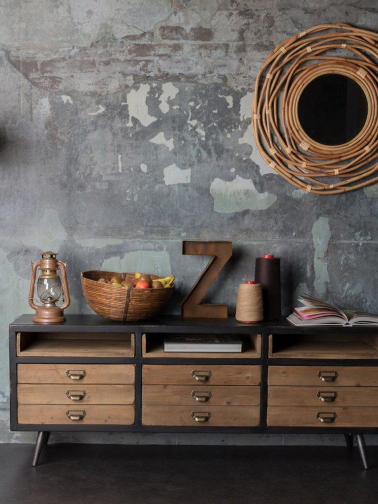 commode industrielle en bois et métal avec objets décoratifs