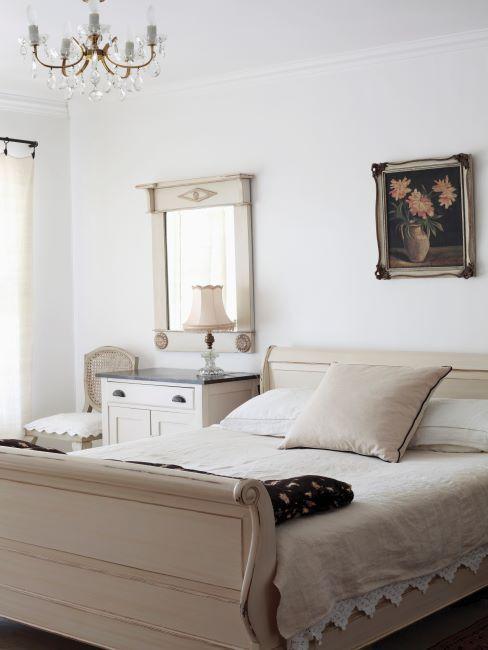 chambre beige avec lit et literie de style cottage