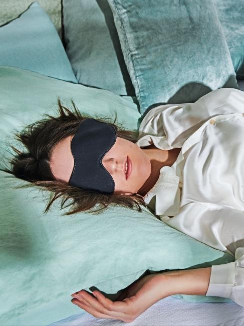 Personne endormie avec masque de sommeil