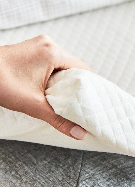 Surmatelas tenu par une main