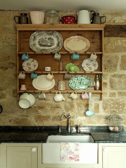 cuisine vintage avec mur de briques nues, accessoires vintage et porte vert menthe