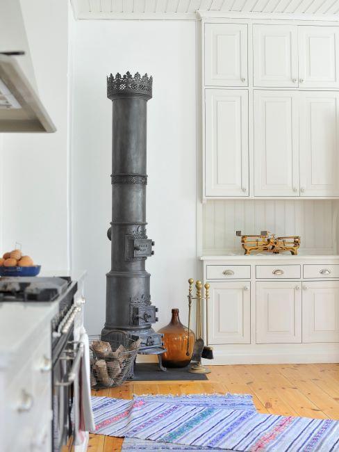 cuisine vintage crème avec mur blanc et four ancien