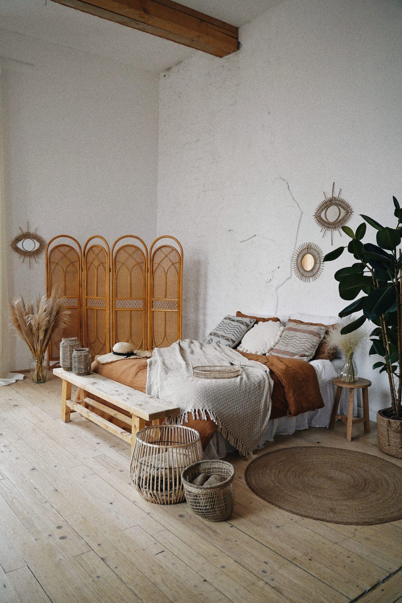 chambre boho avec paravent, drap brun et motifs ethnique
