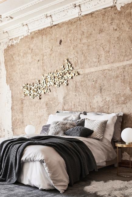 chambre avec mur brut