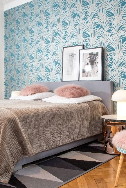 Chambre rétro avec papier bleu et coussin en poil rose