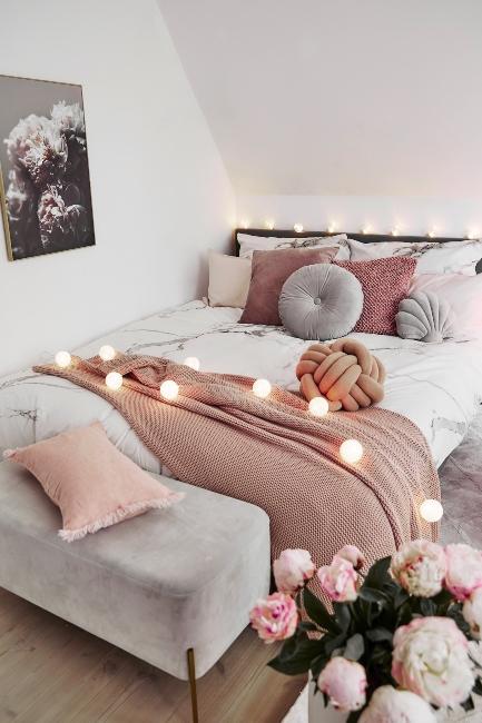 chambre girly et cosy avec guirlande lumineuse et plaid rose