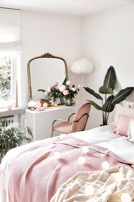 Chambre rose cosy avec miroir baroque