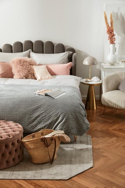 Chambre style vintage avec tête de lit en velours gris et coussins roses