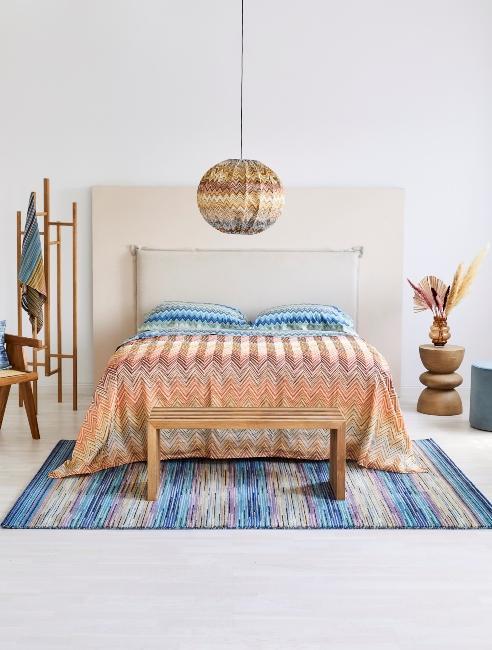 Chambre avec parure de lit colorée
