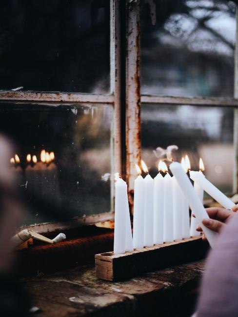 Fenêtre avec bougies de Hanukkah