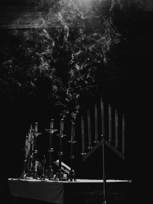 Photo en noir et blanc avec 8 bougies de Hanukkah