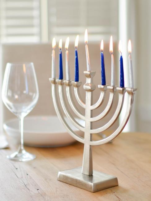 Bougies de Hanukkah sur table