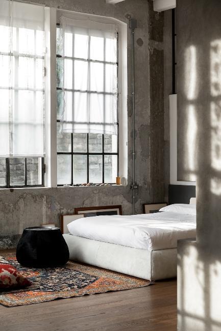 chambre industrielle dans loft avec lit blanc