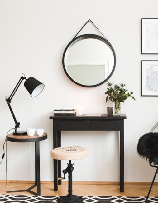 Lampe industrielle de bureau noire avec tabouret en bois et métal, console noire et miroir rond