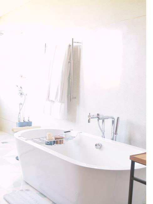 baignoire, salle de bain blanche