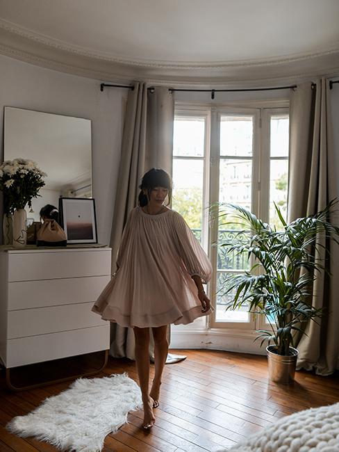 chambre avec commode blanche dans appartement trendy de Dressingleeloo